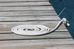 Ein Seil auf einem Pier Lizenzfreies Stockbild