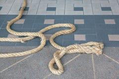 Ein Seil auf Fliesenboden lizenzfreies stockfoto
