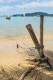 Ein Seil eines Bootes ist binden oben mit hölzerner Stange Stockfoto