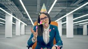 Ein Sekretär wirft Konfettis beim Schlag einer Pfeife Einsames Geburtstagskonzept stock video