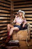 Ein sexy Cowgirl, das in einem Hut aufwirft Stockfoto