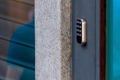 Ein Sicherheitsschloss auf einem Tor mit einem Fingerspitzentablett für Zugang durch einen Zugangkennzifferschlüssel stockbilder