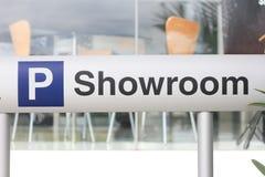 Ein Signage des Parkens und des Ausstellungsraums Stockfotos