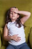 Ein sitzendes Fühlen des kleinen nahöstlichen schönen kleinen Mädchens schlecht Stockfotografie