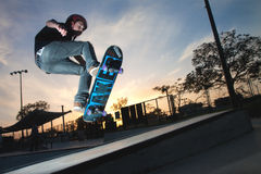 Ein Skateboardsprung über einer hohen Treppe lizenzfreie stockbilder