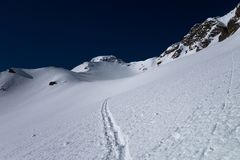 Ein Ski, der die Bahn führt zum alpinen Gebirgspass bereist Lizenzfreie Stockbilder