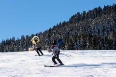 Ein Skifahrer nimmt ein selfie oder filmt sich beim Reiten hinunter die Steigung Stockbilder