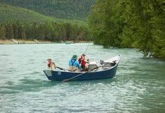 Ein Skiff ausgestattet für die Fischerei, wie in Alaska in der Sommerzeit gesehen lizenzfreie stockfotos