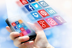 Ein Social Media-Konzept - Firmenzeichensammlung der verschiedenen Sozialanwendung auf Smartphoneschirm Stockfoto