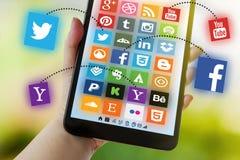 Ein Social Media-Konzept - Firmenzeichensammlung der verschiedenen Sozialanwendung auf Tablettenschirm Stockfotografie