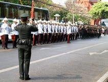 Ein Soldat, der die Reihen des Soldaten auf Ratchadamnoen-Straße in BANGKOK, THAILAND schießt Lizenzfreies Stockfoto