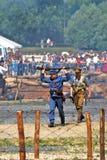 Ein Soldat geht mit den Händen, die ein Gewehr hochhalten Lizenzfreie Stockbilder
