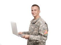 Lächelnder Soldat mit einem Laptop Lizenzfreies Stockfoto