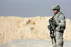 Ein Soldat im Freien
