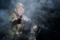 Ein Soldat im Rauche nach der Explosion Stockfotografie