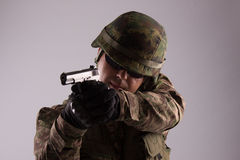 Ein Soldat mit Bereichen eines Gewehrs Stockfoto