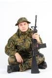 Ein Soldat mit Gewehr Lizenzfreie Stockfotografie