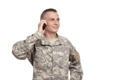 Soldat spricht auf einem Mobiltelefon Stockfoto