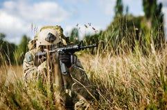 Ein Soldat schützt die Gegend lizenzfreie stockfotos