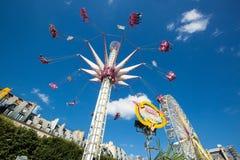 Ein Sommer Funfair in den Tuileries-Gärten, in der Mitte der Gleichheit stockfotos