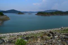 Ein Sommerzeitbild von Aoös See, Griechenland Stockbilder