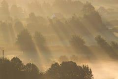 Ein Sonnenaufgang über dem Nebel Lizenzfreies Stockfoto