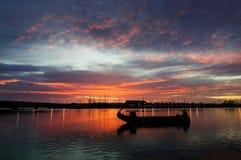 Ein Sonnenaufgang auf dem Fluss stockbild