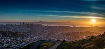 Ein Sonnenaufgang von der Spitze der Doppelspitzen - San Francisco lizenzfreies stockfoto