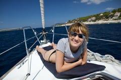 Ein Sonnenbad nehmen auf dem Boot. Lizenzfreie Stockfotos