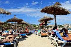 Ein Sonnenbad nehmen auf einem Strand im Sommer Stockbild