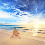 Ein Sonnenbad nehmen am Sonnenaufgang Lizenzfreies Stockbild
