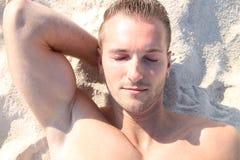 Ein Sonnenbad nehmen am Strand Stockfotos
