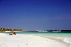 Ein Sonnenbad nehmen am tropischen Paradies Stockfoto