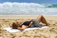 Ein Sonnenbad nehmende Afroamerikanerfrau Stockfotografie