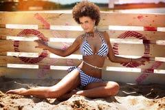 Ein Sonnenbad nehmende Afroamerikanerfrau, Ferien Lizenzfreie Stockfotos