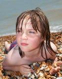 Ein Sonnenbad nehmende Entspannung des Kindstrandes Stockbilder