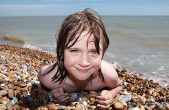 Ein Sonnenbad nehmende Entspannung des Kindstrandes Lizenzfreie Stockfotografie