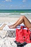 Ein Sonnenbad nehmende Frau Lizenzfreie Stockfotos