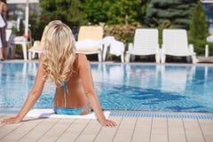 Ein Sonnenbad nehmende Frauen. Hintere Ansicht von den Frauen des blonden Haares, die auf Th ein Sonnenbad nehmen Stockfoto
