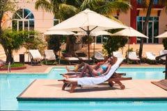 Ein Sonnenbad nehmende Mädchen Stockbilder