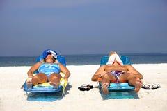 Ein Sonnenbad nehmende Paare Lizenzfreies Stockfoto