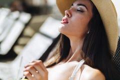 Ein Sonnenbad nehmende Schönheit Lizenzfreies Stockbild