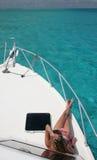 Ein Sonnenbad nehmende Yacht Stockbilder