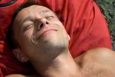 Ein Sonnenbad nehmender Mann lizenzfreie stockbilder