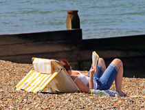 Ein Sonnenbad nehmendes Lesebuch Stockfotos