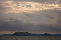 Ein Sonnenuntergang in dem Meer am Rosslyn-Bucht-Jachthafen nahe Yeppoon im Wendekreise des Steinbocks Bereich in Mittel-Queensla lizenzfreies stockbild