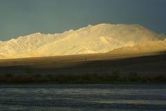 Ein Sonnenuntergang in West-Mongolei mit bewölktem Himmel und einem Sonnenstrahl Stockbilder