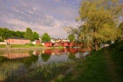 Ein sonniger Abend Junis auf der Bank des Porvonjoki-Flusses Porvoo, Finnland Stockbild