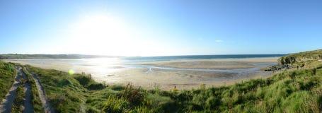 Ein sonniger Tag auf Hayle-Strandklippen Lizenzfreie Stockfotos