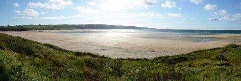 Ein sonniger Tag auf Hayle-Strandklippen Lizenzfreies Stockbild